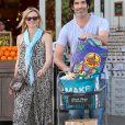 Amy Smart et son mari Carter Oosterhouse sont allés faire des courses chez Bristol Farms à West Hollywood, le 3 avril 2015, après avoir fait une randonnée plus tôt dans la matinée à Studio City.