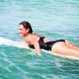 Clio Pajczer fait du surf en Guadeloupe. De belles photos d'elle qui ont malheureusement aussi soulevé des critiques. Janvier 2017.