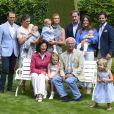 Le prince Daniel, le prince Oscar, la princesse Victoria, la princesse Madeleine, la princesse Leonore, Chris O'Neill, la princesse Sofia, le prince Alexander, le prince Carl Philip, la reine Silvia, la princesse Estelle et le roi Carl Gustav de Suède - La famille royale de Suède lors de la traditionnelle photo de famille dans le parc du palais Solliden sur l'île d'Öland le 15 juillet 2016.