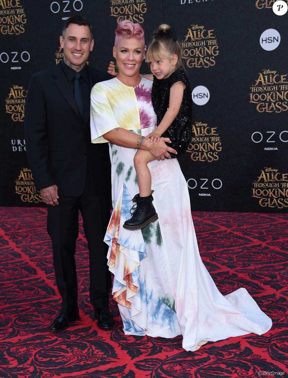 """Pink, son mari Carey Hart et leur fille Willow à la première de """"Alice de l'autre côté du miroir"""" au théâtre El Capitan à Los Angeles le 23 mai 2016."""