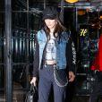 Bella Hadid, lookée rock, se promène dans les rues de East Village à New York. Le 13 janvier 2017