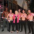 Olivia Newton-John s'engage dans la lutte contre le cancer du sein avec les chippendales de Las Vegas le 6 octobre 2014.
