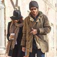 Emma Stone et son compagnon Andrew Garfield se promènent main dans la main dans les rues de New York, le 29 décembre 2014, après avoir pris un petit déjeuner au Cafe Cluny.