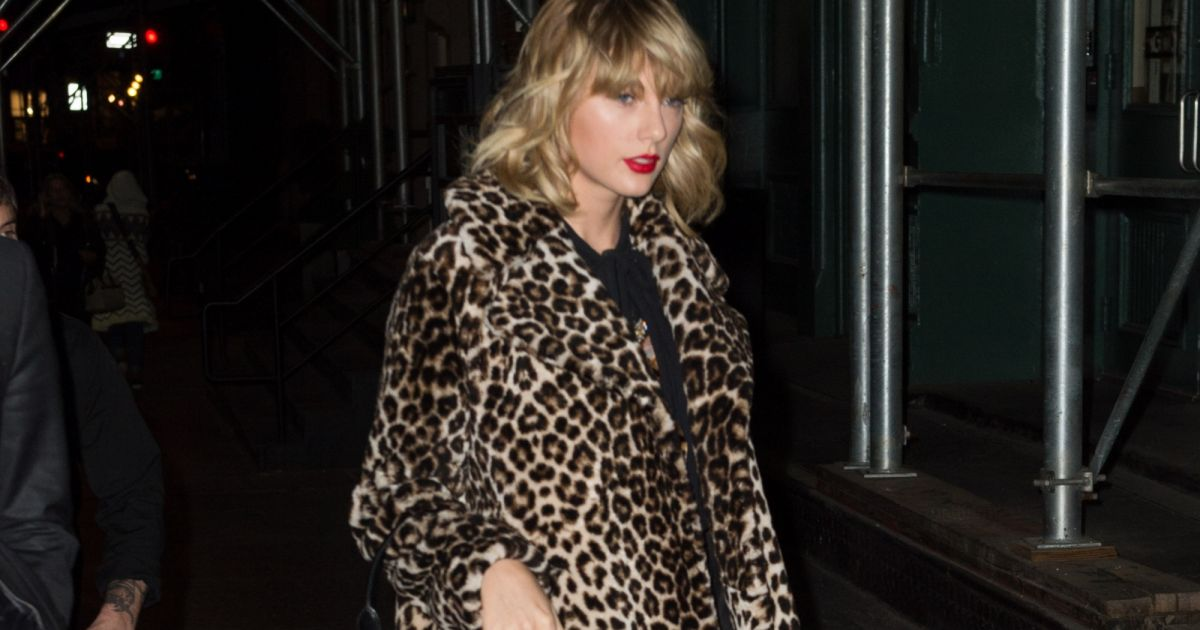 taylor swift porte un manteau imprim l opard dans le quartier de lower manhattan new york. Black Bedroom Furniture Sets. Home Design Ideas