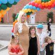 Tori Spelling enceinte avec ses enfants Liam, Stella, Hattie et Finn à la 27ème journée caritative Elizabeth Glaser Pediatric AIDs Foundation 'A Time For Heroes' à Culver City, le 23 octobre 2016