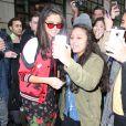 Selena Gomez fait des selfies avec des fans dans les rues de New York, le 8 février 2017