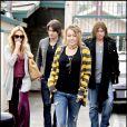 La chanteuse Miley Cyrus sort du restaurant avec ses parents et son chéri Justin Gaston (Californie, USA)