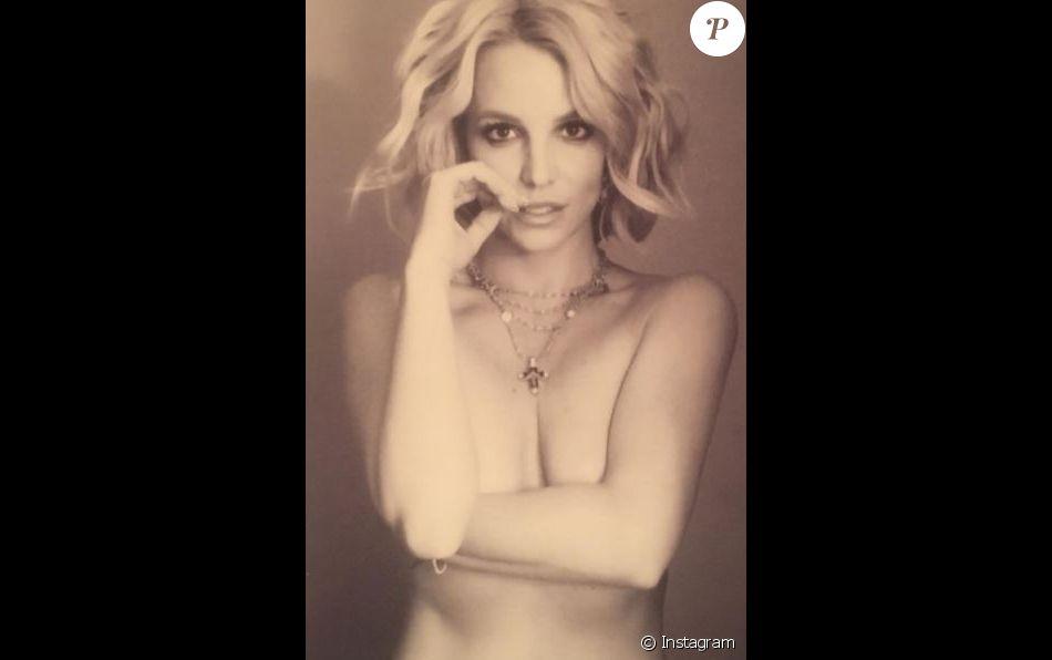 Britney Spears pose la poitrine à l'air sur Instagram, le 19 février 2017