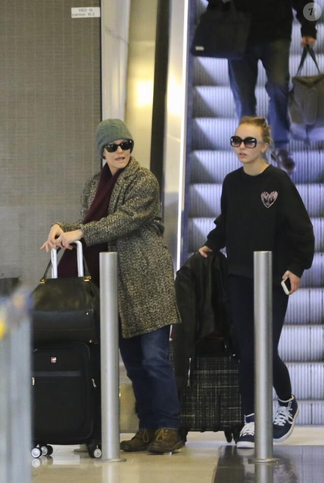 Vanessa Paradis et sa fille Lily-Rose Depp à l'aéroport de Roissy-Charles-de-Gaulle à Roissy-en-France, le 11 janvier 2017.
