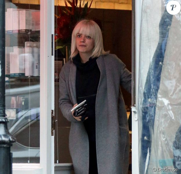 Exclusif - Lily Allen se rend chez le coiffeur, dans une superbe Mercedes-Benz S63 AMG (environ 120.000 euros), en compagnie de son compagnon DJ Daniel, dans le quartier de Chelsea à Londres, le 24 Janvier 2017.  Exclusive - Lily Allen is seen being dropped off by boyfriend DJ Daniel at an upmarket hairdressers in Chelsea. Attentive Daniel took Lily a coffee during her appointment and then went back to waiting outside in his Mercedes S63 AMG which sell for £100000 brand new. London, January 24th, 2017.24/01/2017 - Londres