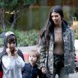 Kourtney Kardashian emmène ses enfants Mason et Penelope à leur cours d'art à Woodland Hills. La petite Penelope porte des mules de deux couleurs différentes! Le 21 février 2017