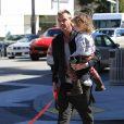 Gavin Rossdale se promène avec son fils Apollo dans les bras, à Beverly Hills. Los Angeles, le 23 février 2017.