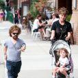 Peter Dinklage se promène avec sa femme Erica Schmidt et leur fille Zelig à New York, le 27 août 2015.