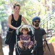 Exclusif - Peter Dinklage se promène en famille avec sa femme Erica Schmidt et leur fille Zelig à New York, le 24 août 2015.