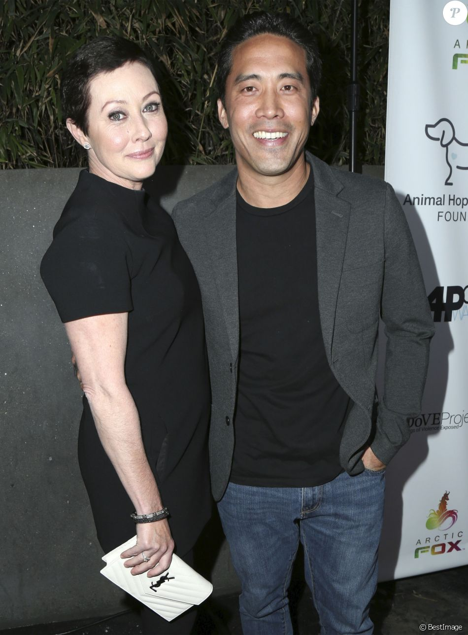 Shannen Doherty, Marc Ching (Marc Ching habite à Los Angeles où il exerce les activités d'herboriste et de nutritionniste. Grand amoureux des bêtes, il a créé Animal Hope and Wellness Foundation 'la fondation pour l'espoir et le bien être animal') à la soirée caritative Animal Hope and Wellness Foundation à l'hôtel W à Hollywood, le 4 Mars 2017