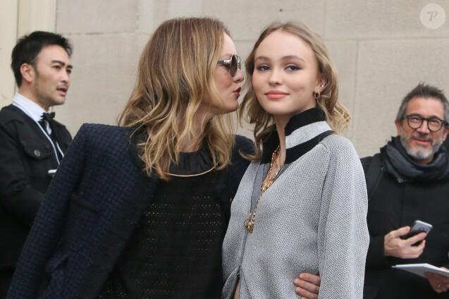 """Vanessa Paradis et sa fille Lily-Rose Depp arrivent au défilé de mode prêt-à-porter automne-hiver 2017/2018 """"Chanel"""" au Grand Palais à Paris. Le 7 mars 2017 © CVS-Veeren / Bestimage"""