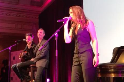 """Lorie de retour à la chanson? À 34 ans, radieuse, elle chante """"La vie est belle"""""""