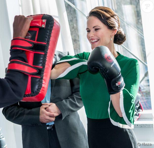 La princesse Sofia de Suède, habillée d'un pull COS vert en clin d'oeil à la Saint-Patrick, s'est essayée à la boxe lors de l'inauguration d'un nouveau centre de loisirs pour les jeunes défavorisés à Husby, dans la banlieue de Stockholm, le 17 mars 2017.
