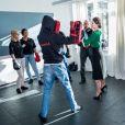 La princesse Sofia de Suède s'est essayée à la boxe lors de l'inauguration d'un nouveau centre de loisirs pour les jeunes défavorisés à Husby, dans la banlieue de Stockholm, le 17 mars 2017.