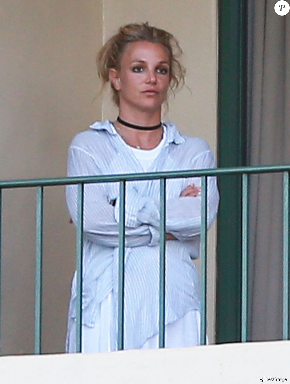 Exclusif - Britney Spears et ses fils Sean et Jaden lancent des avions en papier depuis le balcon de leur hôtel lors de leurs vacances à Hawaii, le 7 août 2016.