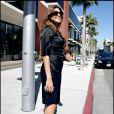 La belle Eva Mendes, rayonnante dans sa robe ceintrée en satin noir, arpente les rues de Beverly Hills.