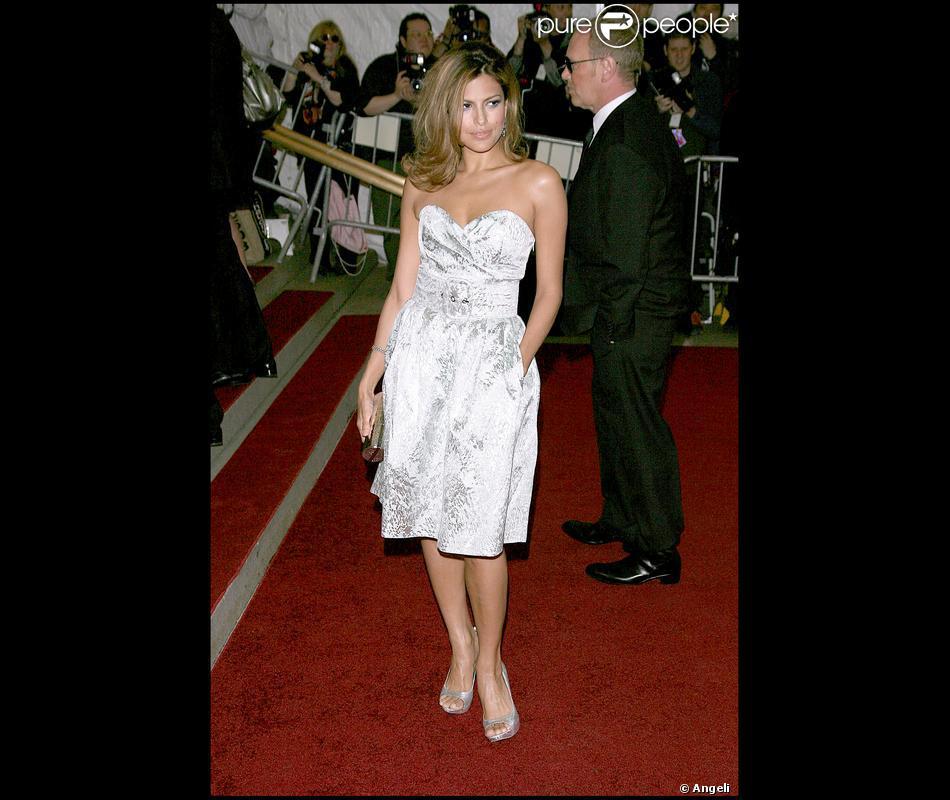 Eva Mendes, dans un style rétro, porte une robe avec un décolleté en coeur  et une petite pochette .