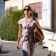 Eva Mendes porte une longue robe cravate pour arpenter les rues de Los Angeles.