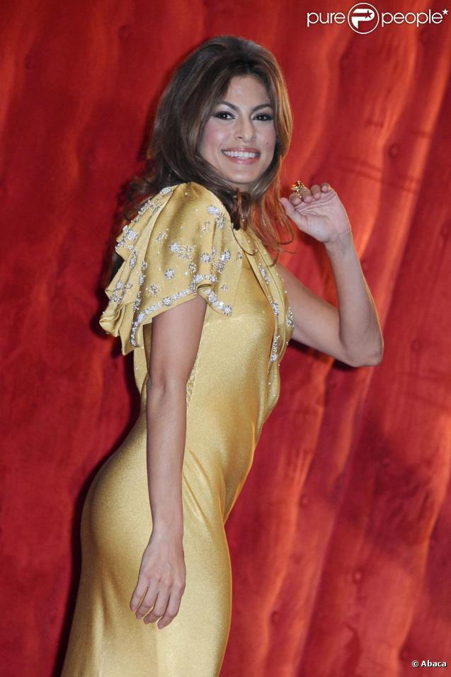 Coiffure bombée et courbes volptueuses, Eva Mendes est adepte du look rétro
