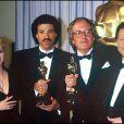 John Barry, oscarisé pour la musique d' Out of Africa , entouré de Debbie Reynolds et Lionel Richie lors des Oscars 1986.