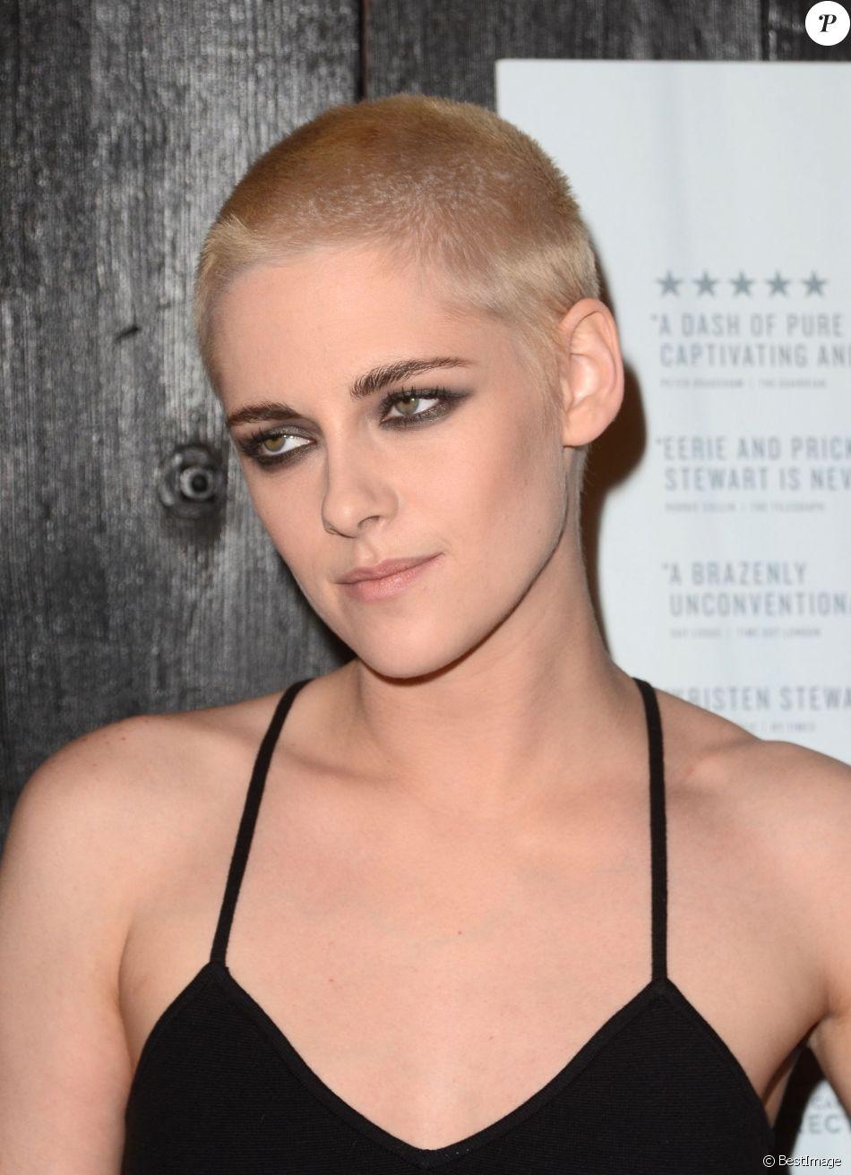 Kristen Stewart arbore une coupe de cheveux blond platine très courte à la première du film ...