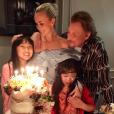 Laeticia Hallyday célébrant son anniversaire (42 ans) lors d'une grande fête organisée à Los Angeles le 19 mars en présence de sa famille et de ses amis. Johnny, Jade et Joy prennent la pose à ses côtés.