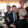 """Emmanuel Macron, candidat à l'élection présidentielle pour son mouvement """"En Marche !"""" et sa femme Brigitte Macron (Trogneux) à la rencontre des habitants et des commercants de Bagnères-de-Bigorre, France, le 12 avril 2017. Emmanuel Macron fit de nombreux séjours lors de sa jeunesse dans cette ville. Il a notamment retrouvé madame Lamothe qui possède de la """"Pâtisserie Bordelaise"""" où Emmanuel Macron se rendait fréquemment. © Dominique Jacovides/Bestimage"""
