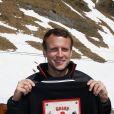 """Emmanuel Macron, candidat à l'élection présidentielle pour son mouvement """"En Marche!"""" et sa femme Brigitte Macron (Trogneux) dans la station de ski Grand Tourmalet (La Mongie / Barèges), France, le 12 avril 2017. Ils empruntent un télésiège pour se rendre dans le restaurant d'altitude pour le déjeuner. C'est un retour aux sources pour le candidat à la présidentielle. C'est en effet là que dans sa jeunesse, il a appris à marcher et à skier. © Dominique Jacovides/Bestimage"""