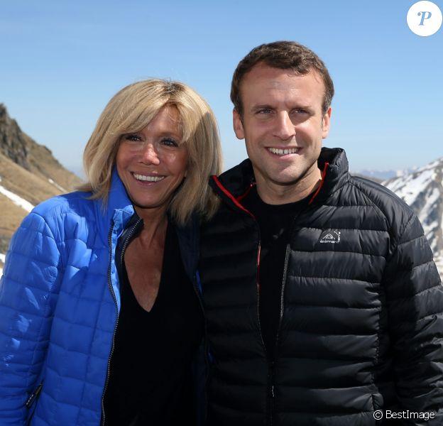 """Emmanuel Macron, candidat à l'élection présidentielle pour son mouvement """"En Marche!"""" et sa femme Brigitte Macron (Trogneux) dans la station de ski Grand Tourmalet (La Mongie / Barèges), France, le 12 avril 2017. © Dominique Jacovides/Bestimage"""
