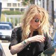 Amber Heard range son shopping dans son coffre de voiture avec l'aide de son assitante au Paper Source à Beverly Hills, le 29 mars 2017