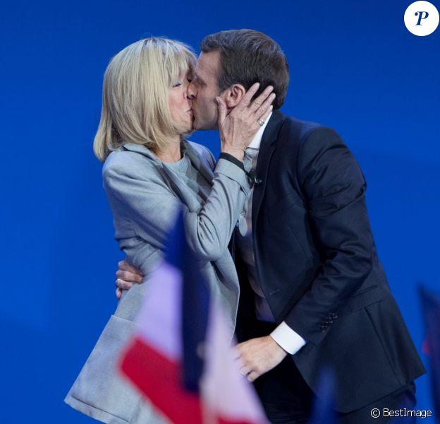 Emmanuel Macron (En Marche !) avec sa femme Brigitte lors de son discours après l'annonce des résultats du premier tour de l'élection présidentielle 2017 au Parc des Expositions de la Porte de Versailles. France, Paris, le 23 avril 2017. © Cyril Moreau/Bestimage