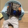 Faustine Bollaert dévoile une photo d'Abbie (2 ans), déjà fan des livres de son papa ! Novembre 2015.