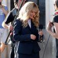 """Kourtney Kardashian qui joue le rôle d'une journaliste avec une perruque blonde interview des passants dans le cadre de l'émission """"Keeping Up With The Kardashians"""" à Hollywood le 21 avril 2017."""