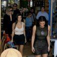 Kim, Kourtney et Khloé Kardashian quittent un restaurant après le déjeuner à Los Angeles le 20 avril 2017
