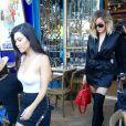 Kourtney et Khloé Kardashian quittent un restaurant après le déjeuner à Los Angeles le 20 avril 2017