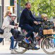 Naomi Watts (chaussures Isabel Marant modèle Basley) et Liev Schreiber se baladent à vélo avec leurs fils Alexander et Samuel dans les rues de New York, le 20 octobre 2014