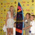 Britney Spears, Maddie Aldridge, et ses fils Sean Preston Federline, Jayden James Federline posant dans la salle de presse aux Teen Choice Awards 2015 à Los Angeles, le 16 août 2015.