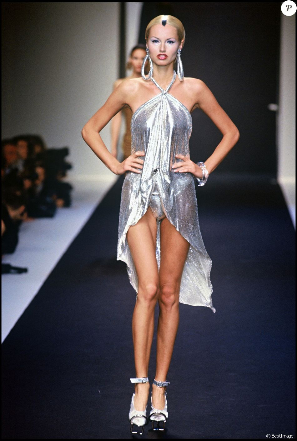 Adriana Karembeu défilant pour Paco Rabanne en 1996