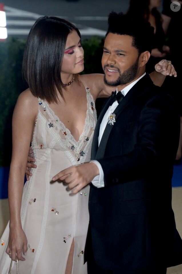 Selena Gomez et The Weeknd assistent au Met Gala 2017 au Metropolitan Museum of New York. New York, le 1er mai 2017.