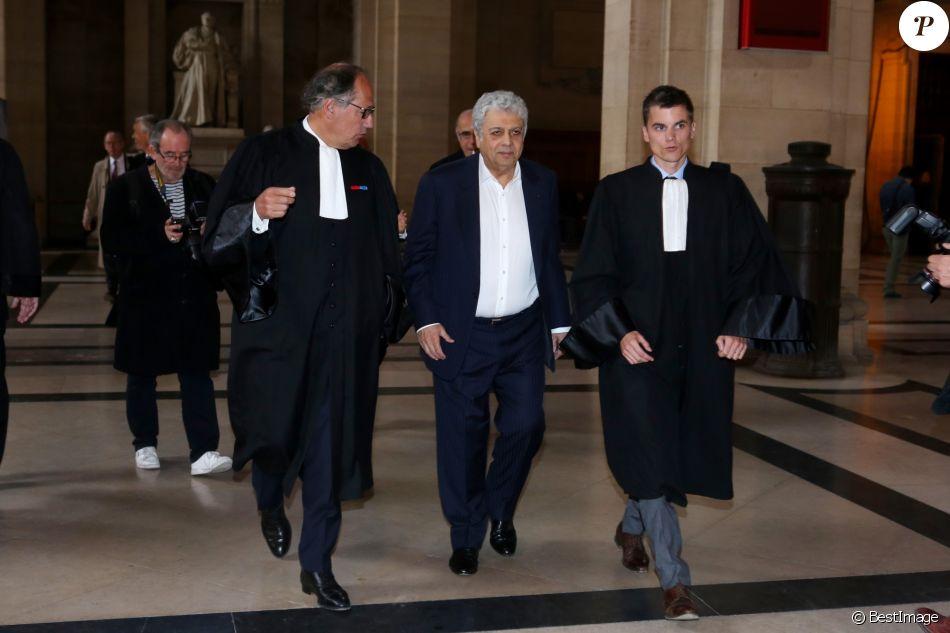 Enrico Macias lors de l'interruption du procès à la 11ème chambre du tribunal correctionnel pour le procès de la banque islandaise Landsbanki à Paris le 2 mai 2017. Des centaines de propriétaires immobiliers, dont le chanteur Enrico Macias, emportés, il y a presque dix ans, dans la débâcle du secteur bancaire islandais : aujourd'hui s'ouvre à Paris le procès d'une vaste escroquerie. Le patron de la banque islandaise Landsbanki, ainsi que les dirigeants d'une filiale luxembourgeoise et des complices présumés sont jugés jusqu'au 24 mai par le tribunal correctionnel de Paris. L'escroquerie est passible d'une peine allant jusqu'à cinq ans de prison et de 375.000 euros d'amende. Enrico Macias avait lancé l'affaire en portant plainte en mai 2009. © CVS / Bestimage