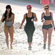 Exclusif - Kim Kardashian fait du jogging avec ses amies Brittny Gastineau et Larsa Pippen sur une plage au Mexique, le 23 avril 2017.
