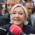 """Marine Le Pen, candidate du parti ''Front National"""" (FN), vote à l'école primaire publique Jean-Jacques Rousseau à Hénin-Beaumont lors du second tour de la présidentielle le 7 mai 2017."""