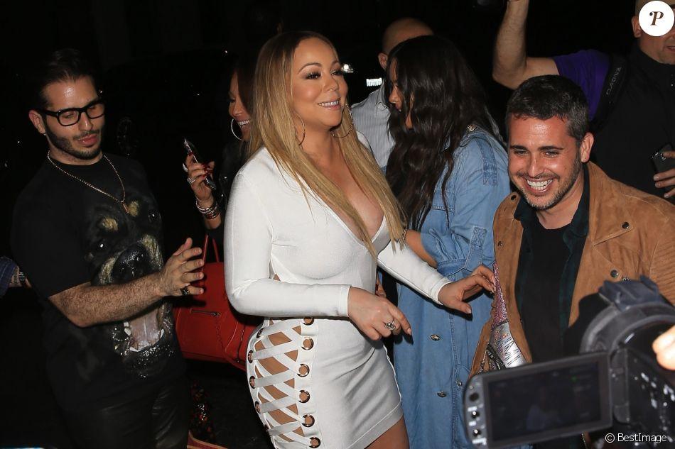 Mariah Carey découvre son cadeau une Mercedes Maybach avec un joli noeud en sortant du restaurant Tao à Los Angeles, le 5 mai 2017.