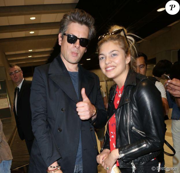 Benjamin Biolay et Louane Emera arrivent à l'aéroport de Nice dans le cadre du 70e Festival International du Film de Cannes, le 16 mai 2017.