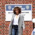 """Jennifer Lopez lors d'une scène d'action sur le tournage de la série """"Shades Of Blue"""" dans le Queens à New York, le 17 mai 2017."""